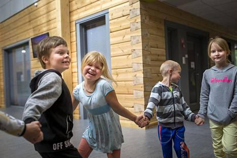 Pudasjärven ykkösluokkalaiset Viljam Ervasti (vas), Tiia Pesonen, Matti Juttula ja Pieta-Linda Lasanen tutustuivat uuteen hirsikouluunsa.