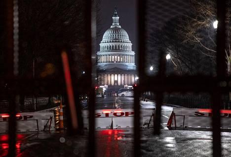 Yhdysvaltain pääkaupunki valmistautuu presidentinvaalit voittaneen Joe Bidenin virkaanastujaisiin ennennäkemättömin turvatoimin.