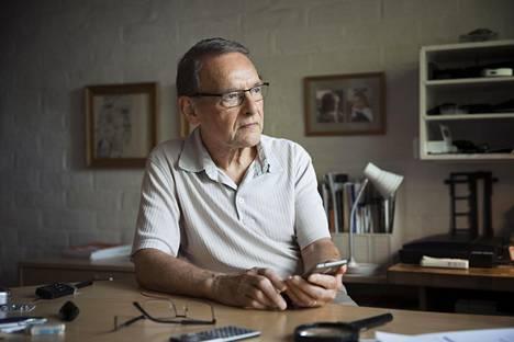 Tuomo Suntolan pöydällä on vanha taskulaskin ja älypuhelin. Ne ovat saman kokoisia, mutta niiden suorituskyvyssä on monen mittaluokan ero. Puhelimen valmistuksessa on hyödynnetty Suntolan kehittämää ohutkalvoteknologiaa.