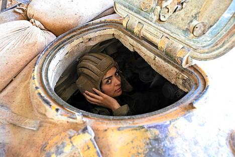 Syyrian hallituksen naissotilas kuljetti panssarivaunua Damaskoksen itäosissa kapinallisia vastaan käydyissä taisteluissa.