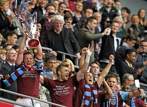 West Hamin kapteeni Kevin Nolan juhli pelikaveriensa kanssa nousua Valioliigaan