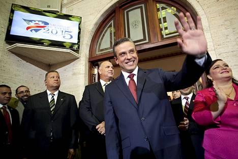 Puerto Ricon kuvernööri Alejandro García Padilla sanoo, ettei hänen hallituksensa pysty lainaamaan lisää rahaa korvatakseen talouden alijäämää. Padilla sanookin, että Puerto Rico aikoo pyytää kaikilta velkojiltaan helpotusta lainojen takaisinmaksuun.