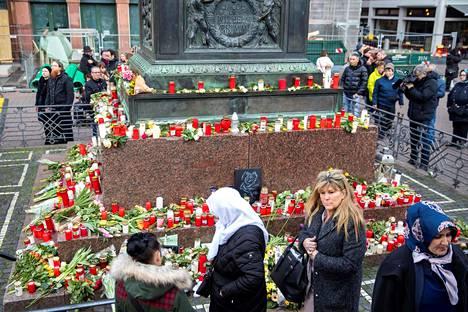 Ihmiset jättivät kukkia ja muistokynttilöitä torille Hanaussa kaksi päivää terroristisen ammuntatapahtuman jälkeen Saksassa.