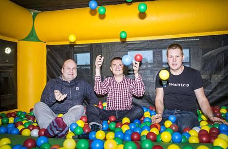 Smartly.ion tuotekehitysjohtaja Otto Hilska (vas.), teknologiajohtaja Tuomo Riekki ja toimitusjohtaja Kristo Ovaska pitävät montaa palloa ilmassa Ruoholahden toimistoon pikkujouluista jääneessä pomppulinnassa.