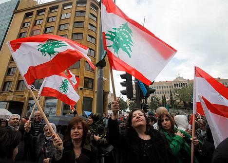 Beirutilaiset opettajat osoittavat mieltään parlamentin kyvyttömyydelle käsitellä palkankorotuksia.