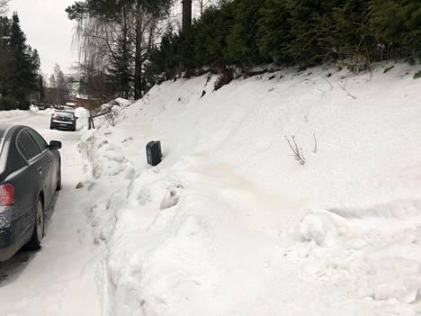 Uusi, värjäytynyt lumi erottui etenkin notkelmissa.