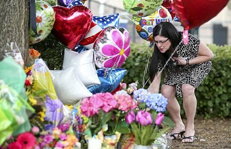 WDBJ7-kanavan toimistotilojen ulkopuolelle tuotiin kukkia ja ilmapalloja keskiviikkona kuolleiden toimittajien muistoksi.
