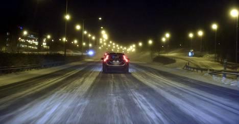 Ajokeli on huono eteläisessä Suomessa lumisateen ja pöllyävän lumen vuoksi.