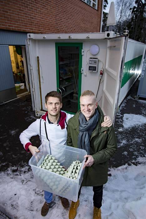 Perttu Karjalaisen (oik.) ja Robert Nemlanderin yritys tutkii sirkkojen kasvattamista ravintokäyttöön Espoon Otaniemessä Startup Sauna -yrityskiihdyttämön tiloissa.