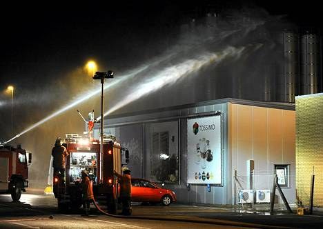 Palokunta yritti hillitä kaasupilven leviämistä Kraft Foodsin tehtaalla tiistaina.