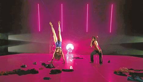 Meeri Altmetsin ja Jaana Kovasen duo SUR face -teoksessa lähestyi pariakrobatiaa.