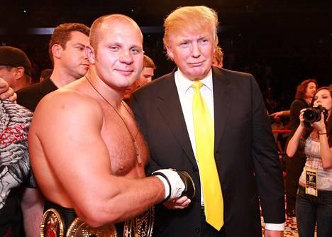 Donald Trump on innokas vapaaottelufani. Vuonna 2008 hänet kuvattiin raskaansarjan ottelijan Fjodor Jemeljanenkon kanssa.