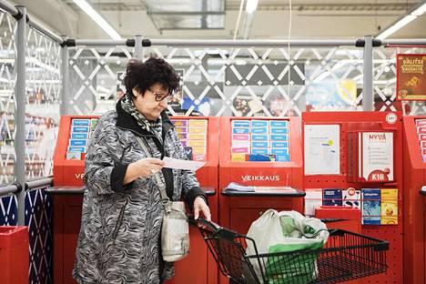 """Soile Urhonen, 71, arvelee, että esimerkiksi työttömyysluvut vaikuttavat Forssan ahkeraan lottoamiseen: """"Jos tämä olisi joku Kauniainen, niin en usko että lottoaminen kiinnostaisi."""" Itse hän tulee """"kohtuullisesti"""" toimeen eikä usko, että lotto olisi köyhillekään vaarallinen peli."""