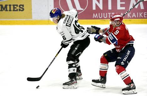 TPS:n Juuso Pärssinen ja HIFK:n Juho Keränen kamppailivat kiekosta perjantai-illan ottelussa.