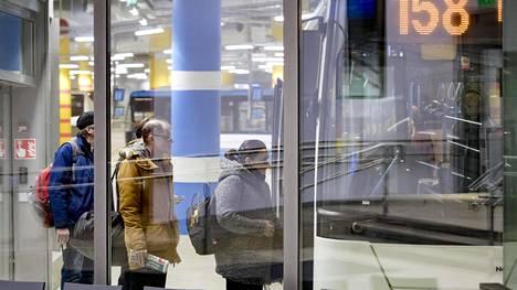 Matkustajia Matinkylässä tammikuussa 2018.