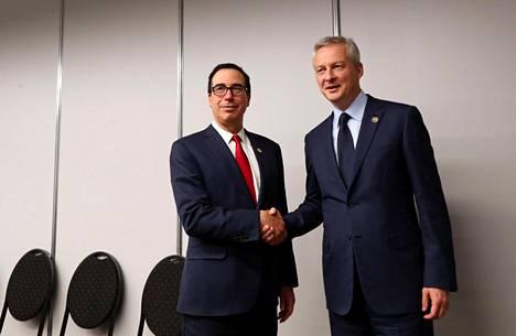 Yhdysvaltain talousministeri Steven Mnuchin (vas.) ja Ranskan talousministeri Bruno Le Maire kättelivät G20-kokouksessa lauantaina.