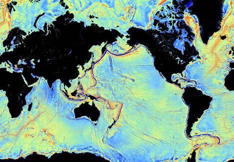 Satelliittikuvat erottavat karkeasti valtamerien pohjanmuotoja, koska merenpinnan taso vaihtelee painovoiman mukaan ja pohja ohjaa merivirtojen kulkua.