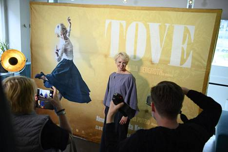Pääosan esittävä näyttelijä Alma Pöysti Tove-elokuvan lehdistönäytöksessä Helsingissä 9. syyskuuta.