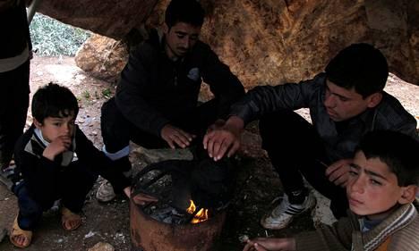 Syyrialaiset pakolaiset lämmittelivät Atimehin pakolaisleirillä Turkin ja Syyrian rajalla. Talven tulo lisää paineita jonkinasteiseen ulkopuoliseen väliintuloon Syyriassa.