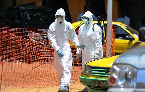 Kaksi Guinean punaisen ristin työntekijää tuli noutamaan kaksi Ebolaan kuollutta potilasta Guinean pääkaupungin Conakryn sairaalasta.