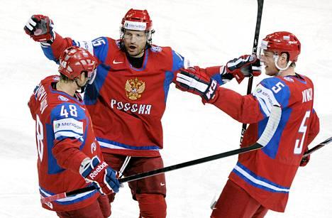 Jevgeni Birjukov (vas.), Aleksandr Svitov ja Ilja Nikulin tuulettavat Venäjän avausosumaa.