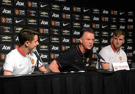 Ander Herrera (vas.), Louis van Gaal ja Luke Shaw kohtasivat tiedotusvälineet viime viikolla Los Angelesissä.
