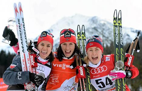 Norjan Marit Björgen (keskellä) Heidi Weng (vas) ja Ragnhild Haga juhlivat kolmoisvoittoa Tour de Skillä.