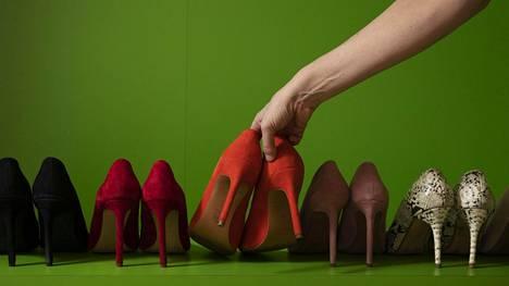 """""""Korkojen täytyy olla vähintään kahdeksansenttiset"""", sanoo Annika Damström ja esittelee Ylen kenkähyllyään."""