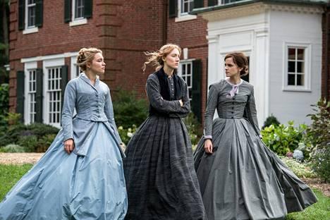 Naisten pukeutumisen säännöt ja rajoitukset 1800-luvulla ovat Pikku naisia -teoksessa merkittävässä roolissa.