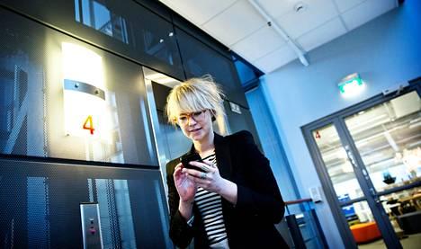 OP-Pohjolan kehityspäällikkö Laura Hinkkanen seuraa tiiviisti Facebookia ja muita yhteisöpalveluita työpäivänsä aikana.