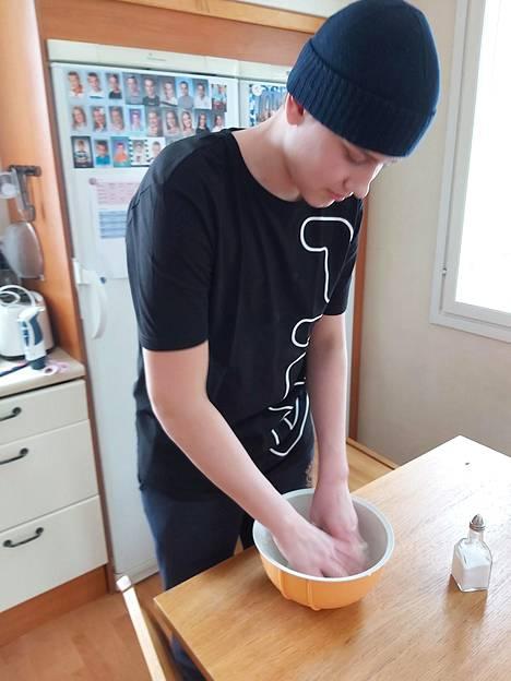 Eelis Löfgren leipomassa naanleipiä
