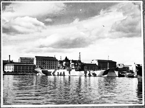 Luovutetut kahdeksan juutalaispakolaista kuljetettiin saksalaisella S/S Hohenhörnilla Helsingistä Tallinnaan marraskuussa 1942. Kuva on otettu 3. huhtikuuta 1942 Helsingin Hietalahdessa.