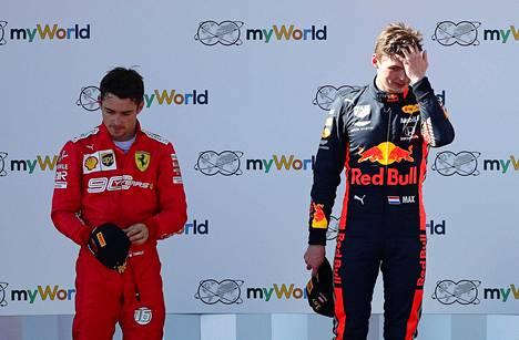 Max Verstappen (oik.) ja Charles Leclerc taistelivat kiivasti Itävallan gp:n voitosta.