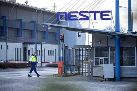 Työntekijä Nesteen Naantalin jalostamon pääportilla maanantaina. Neste lakkauttaa Naantalin jalostamonsa maaliskuun 2021 loppuun mennessä. Yhtiössä päättyy noin 370 työtehtävää.