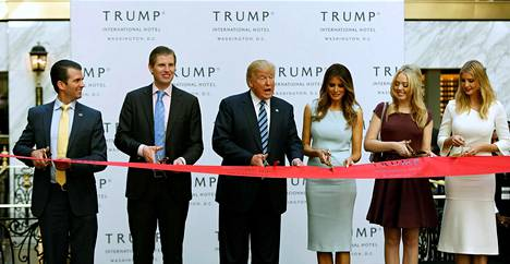 Donald Trump Jr. (vas.), Eric Trump, silloinen presidenttiehdokas Donald Trump, Melania Trump, Tiffany Trump ja Ivanka Trump osallistuivat Trump International Hotelin juhlallisiin avajaisiin Washingtonissa reilu viikko ennen presidentinvaaleja 26. lokakuuta 2016.