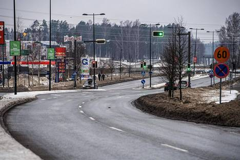 Länsiväylän rinnakkaistie, Merituulentie–Kuitinmäentie–Martinsillantie, on tarkoitettu Espoon sisäiseen liikenteeseen ja siinä on risteyksiä huomattavasti useammin kuin Länsiväylällä on liittymiä.