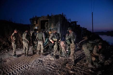 Ensimmäiset Turkin jalkaväen sotilaat valmistautuivat ylittämään Syyrian rajan keskiviikkona Turkin Akçakalessa.