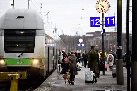 Matkustajia menossa Turkuun lähtevään junaan Helsingin Rautatieasemalla aatonaattona 2019.