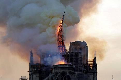Notre Damen torni romahtaa.