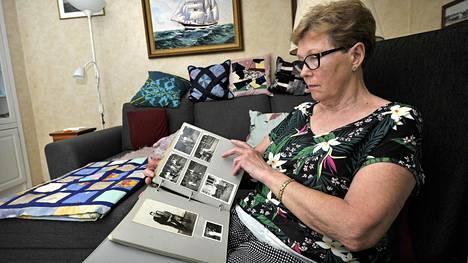 Lea Kulonurmi kotonaan Raumalla. Vanhojen valokuvien katseleminen saa hänet miettimään suomalaisten merimiesten kohtaloa Saksassa.