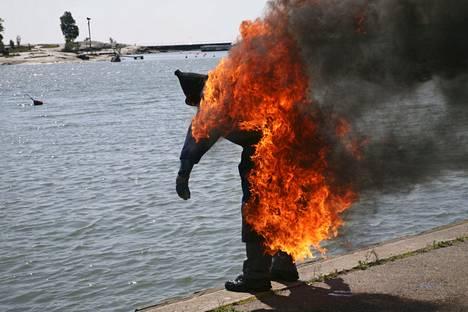 Sulhanen sytytettiin palamaan osana polttarimenoja Helsingin Kaivopuistossa 2008.