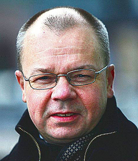 """<span class=""""nimi"""">Tero Anttila</span> <br /><span class=""""laiha"""">HSL:n joukkoliikennesuunnittelu-<br />osaston johtaja<br /></span> Monopoliasemassa olevan yrityksen ei tarvitse vastaavassa määrin kantaa huolta kustannustehokkuudestaan kuin kilpaillussa ympäristössä toimivien yritysten.<br /> HSL voi kilpailuttaa junaliikenteen Helsingistä Kirkkonummelle, Keravalle ja Kehäradalle vuoden 2017 jälkeen, kun nykyinen liikennöintisopimus on päättynyt. Ongelmana ovat käytännön järjestelyt, koska muun muassa varikot ja junien huolto- ja korjauspalvelut ovat VR:n hallinnassa eikä näille ole kilpailevia vaihtoehtoja. <br /> Tämä ei ole varsinaisesta HSL:n asia. Ainakin nykyisin ostoliikenteenä hoidetut yhteiskunnan tukemat alueelliset liikenteet, muun muassa kiskobussiliikenne, pitäisi voida kilpailuttaa. <br />Helsingin seudun kilpailun kannalta oleellista on varikkojen sekä junien huolto- ja korjauspalveluiden saaminen kaikkien operaattoreiden käyttöön samoilla ehdoilla. Tämä edellyttää riittävää läpinäkyvyyttä."""