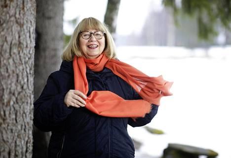 """Kirjailija-runoilija Hannele Huovi täyttää 70 vuotta, ja sen kunniaksi hän lausuu runon: """"Hiiri mittaa maailmaa männynneulasella, heinänkorrella punnitsee, kovin miettii, mittailee, järkeänsä käyttää: isolta maailma näyttää!"""""""