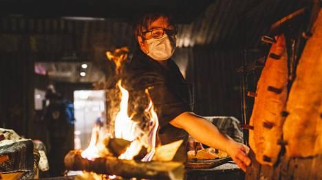 Saamen Kammin Anne Marjomaa keittiössään. Kammi tarkoittaa turpeella katettua kotaa.