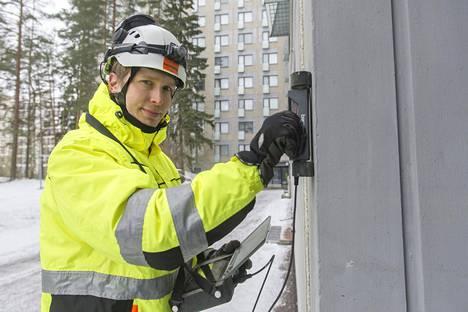 Toni Pakkala tekee kuntotutkimuksia. Peitepaksuusmittarin avulla selvitetään betoniterästen peitepaksuutta.
