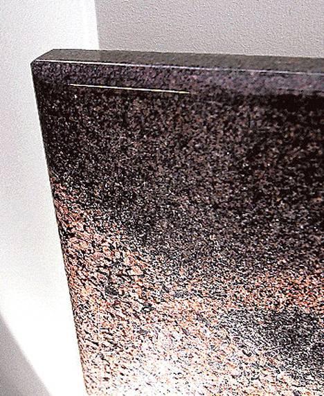 Kotimaiset Mondexin kivipatterit lämpiävät sähköllä. Saatavana useissa eri kivilajeissa. Pienen 30x60-senttisen patterin 300 watin teho riittää lämmittämään pienen wc:n tai tuulikaapin. Kivipattereiden koot 60 sentistä 1,2 metriin. Hinta graniittipintaisena 585 eurosta alkaen. Decorit Oy.