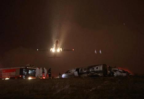 Lentokone nousi ilmaan Atatürkin lentokentältä Istanbulissa. Etualalla näkyy palossa vaurioitunut yksityiskone.