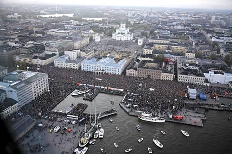 Suomalaiset kokoontuivat kauppatorille juhlimaan Lordin euroviisuvoittoa toukokuussa 2006.