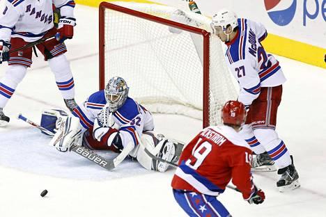 New York Rangersin maalivahti Antti Raanta joutui venymään spagaattiin huippuottelussa Capitalsia vastaan.