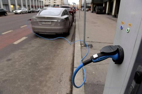Sähköauto latauksessa Helsingissä.